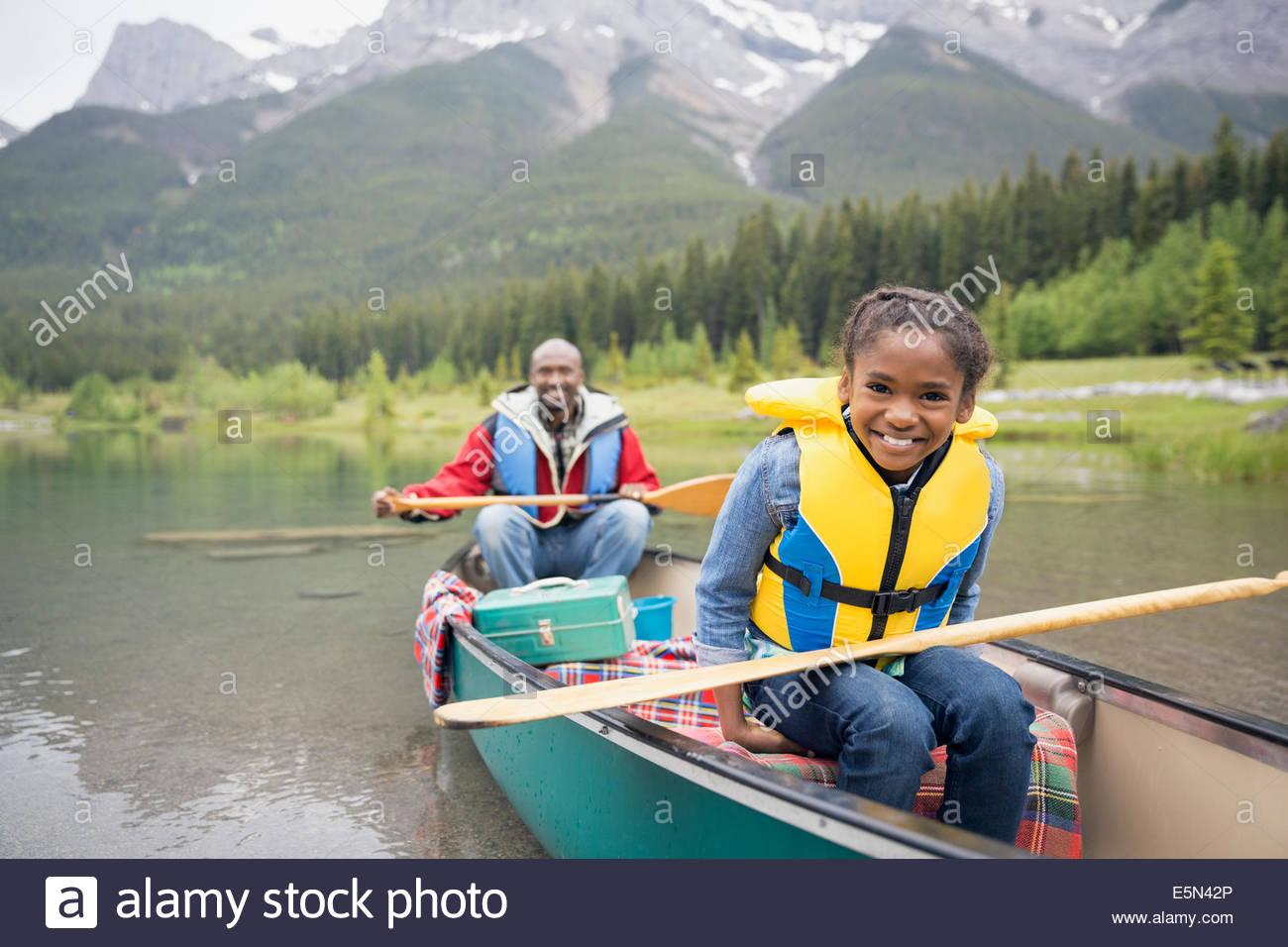 Père et fille canoë dans le lac Photo Stock