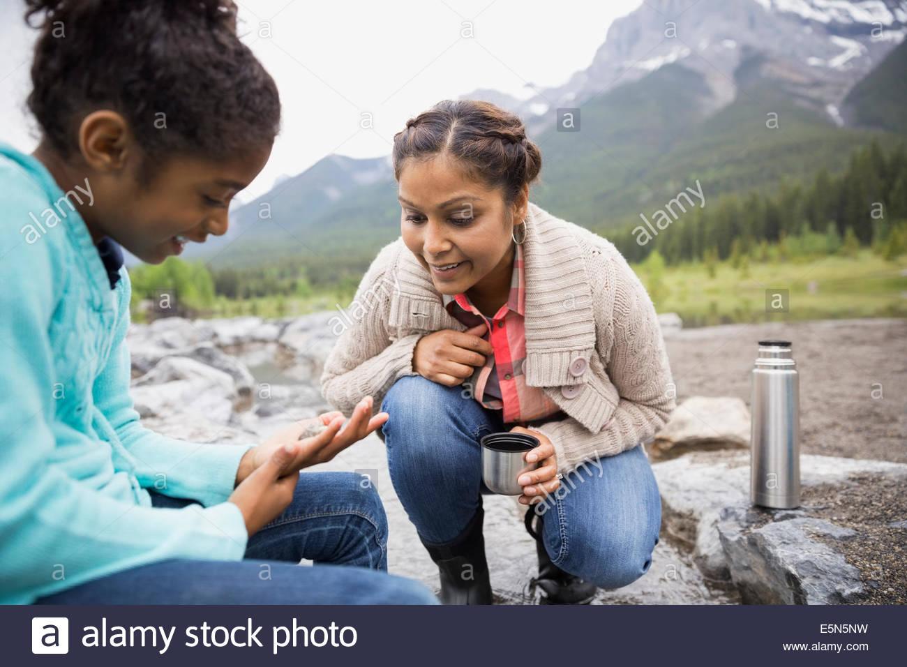 Mère et fille à la recherche de poisson à Photo Stock