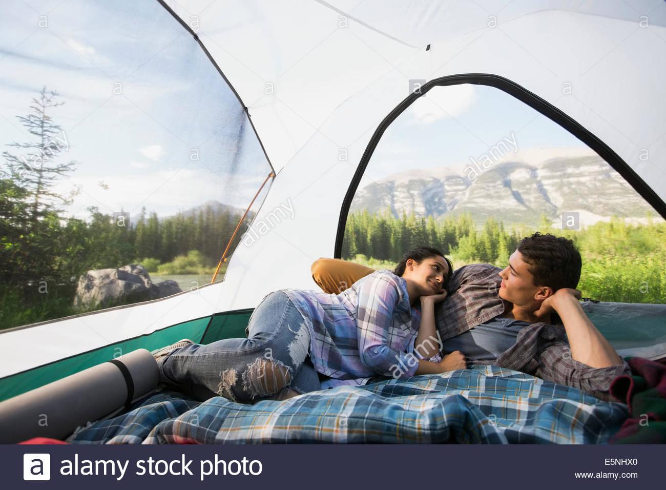 Couple laying in tente avec vue sur la montagne Photo Stock