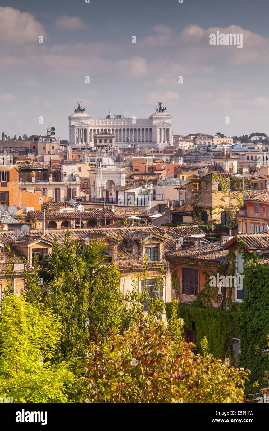 Les toits de Rome avec Il Vittoriano, Vittorio Emanuelein l'arrière-plan, Rome, Latium, Italie Photo Stock