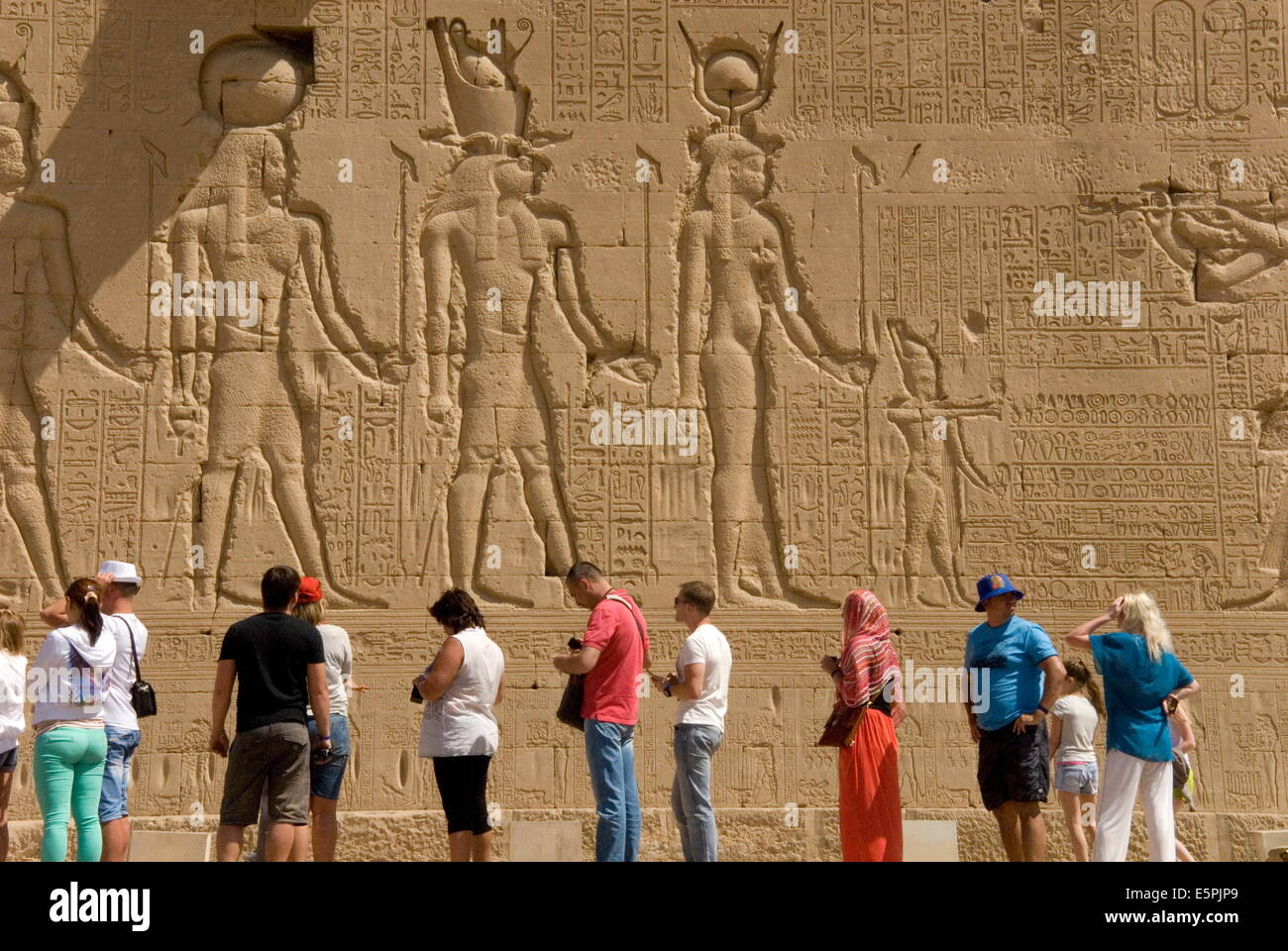 Sculptures sur le mur extérieur du Temple d'Hathor, Dendérah nécropole, Qena, vallée du Photo Stock