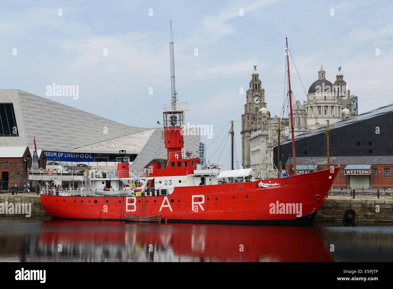Le Mersey Planète Light Ship bar avec le Musée de Liverpool et Liver Building Photo Stock