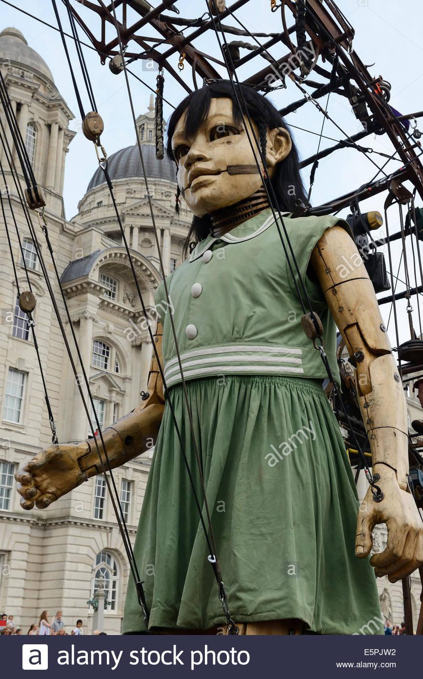 La petite fille géant, une partie de l'impressionnant défilé des géants à travers les Photo Stock