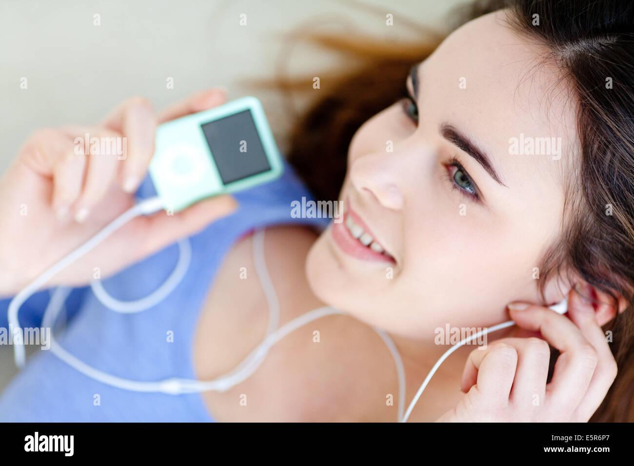 Femme à l'écoute de la musique sur un lecteur MP3 Ipod. Photo Stock
