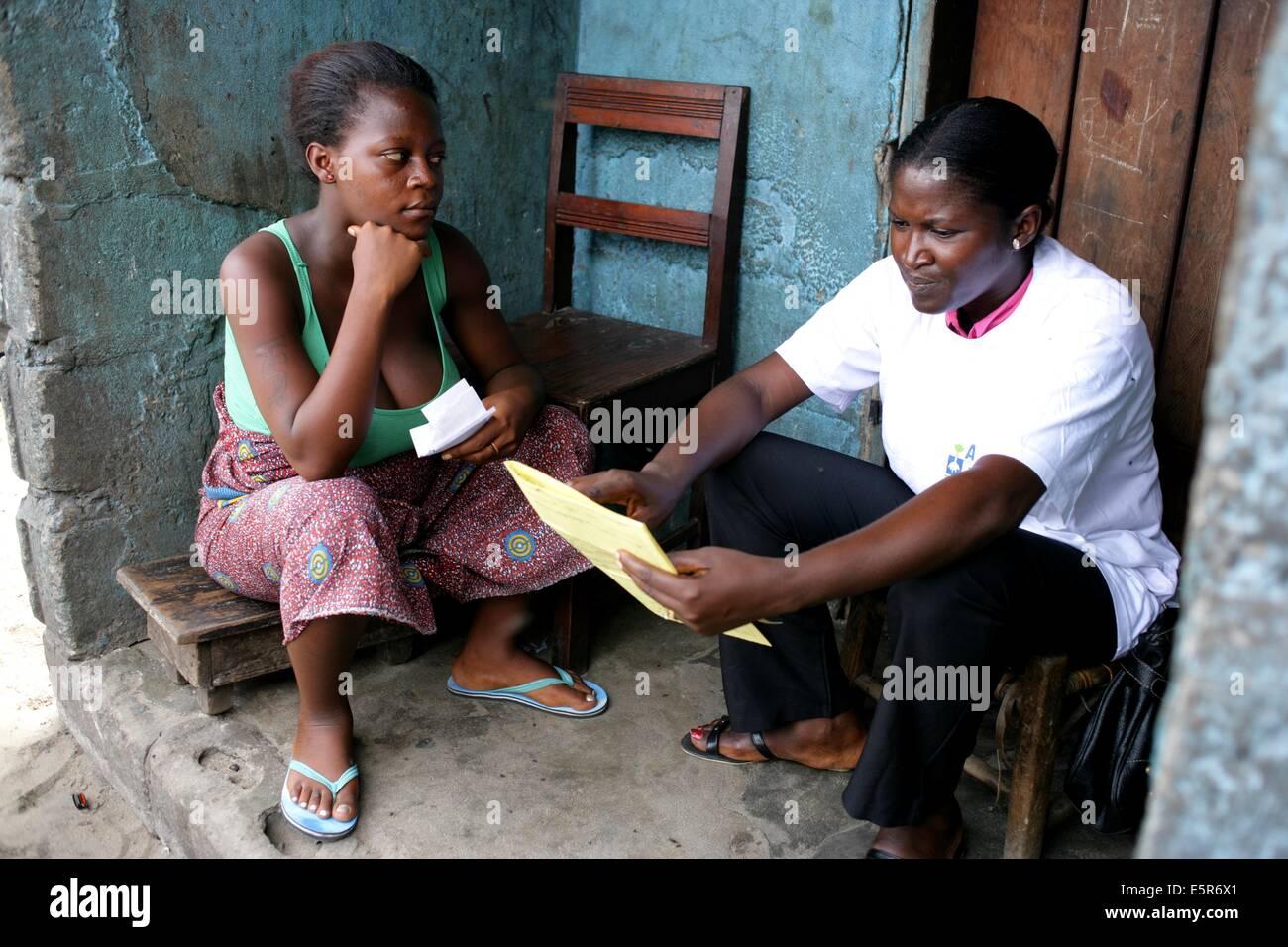Un travailleur social visite une jeune femme enceinte, d'un programme pour la prévention de la malnutrition Photo Stock