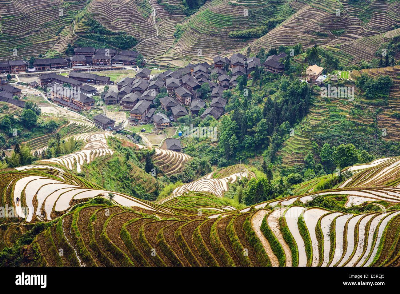Village sur la montagne Yaoshan dans le Guangxi, Chine. Photo Stock