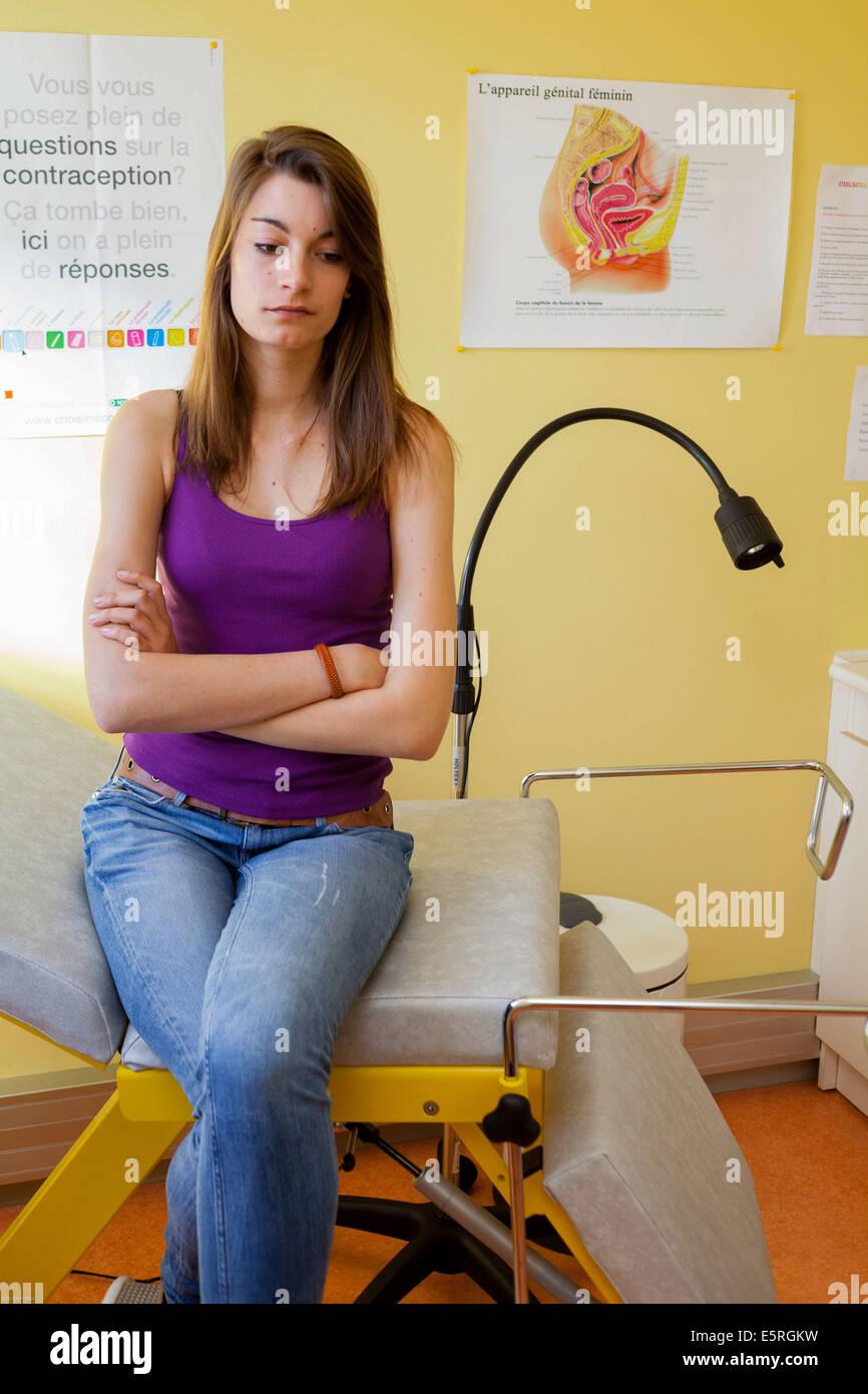 Adolescente dans un centre de planning familial, adolescente à un centre de planning familial. Photo Stock