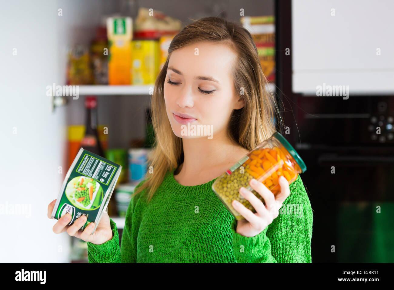 Femme contrôle de la composition et la valeur nutritive. Photo Stock