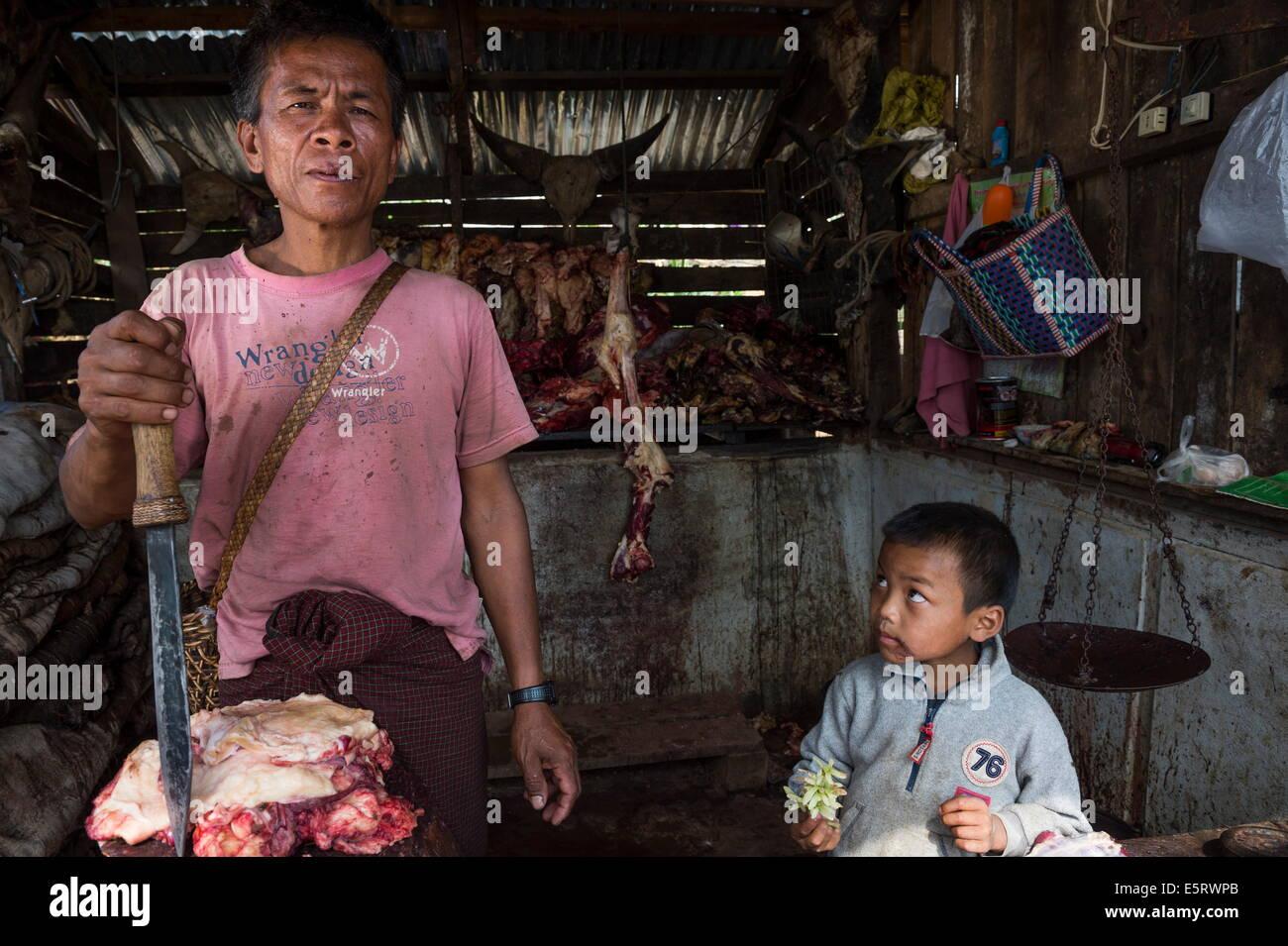 Butcher, marché, l'État de Chin, Mindat, Myanmar. Photo Stock