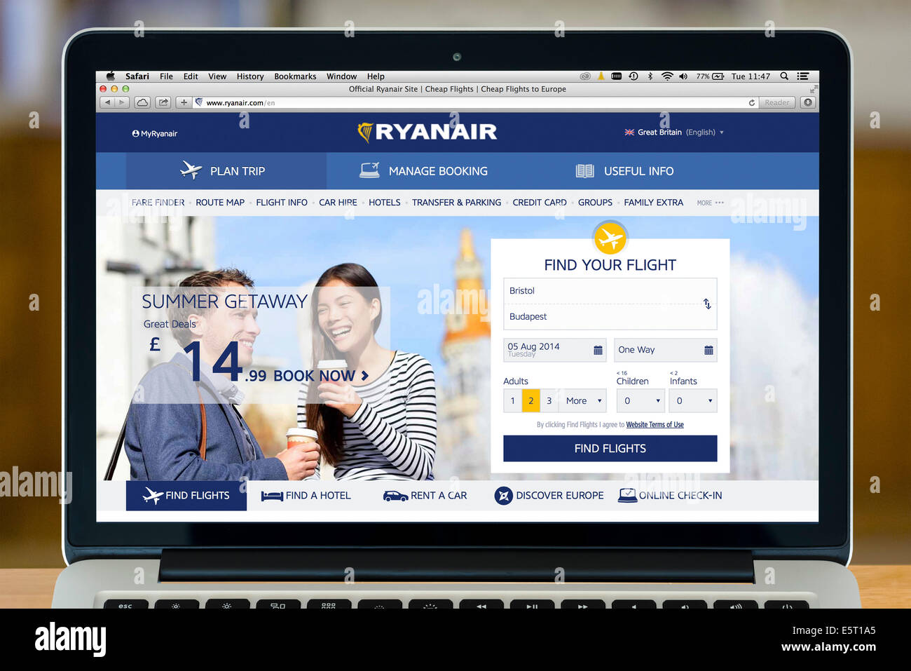 Réservation d'un vol Ryanair sur un 13' Apple MacBook Pro, UK Photo Stock
