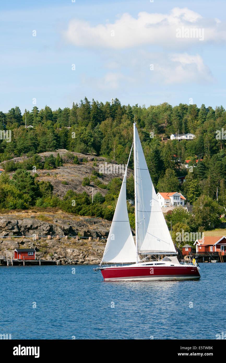 Yacht à voile sur un lac en Suède Photo Stock