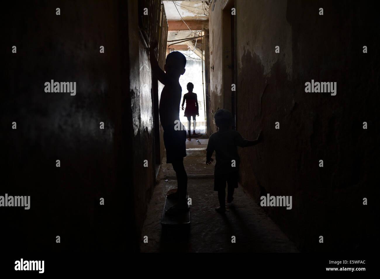 Enfants jouant dans le couloir d'un squat ou maison habitée, Gloria, Rio de Janeiro, Rio de Janeiro, Brésil Photo Stock