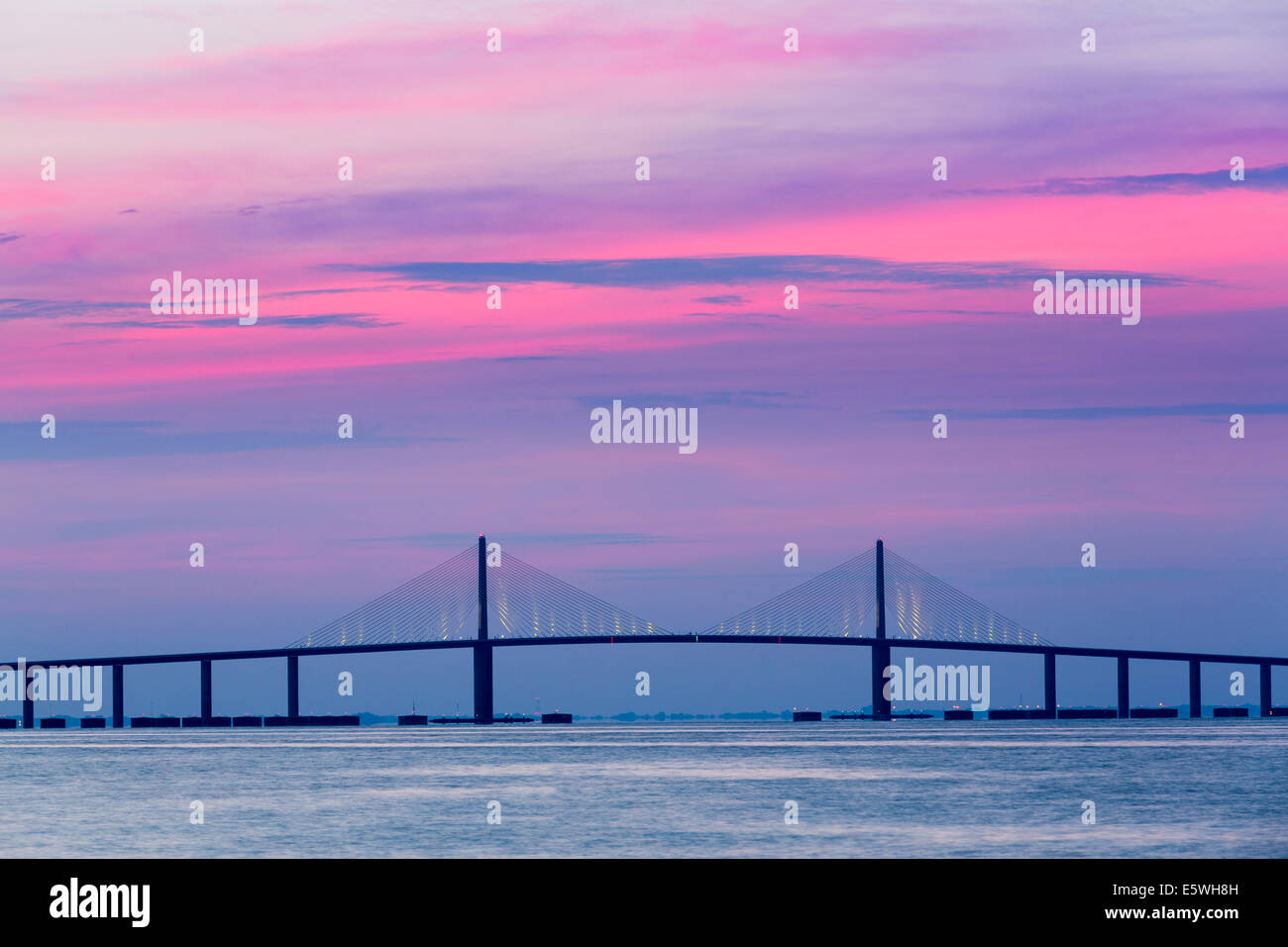 Le lever du soleil sur le Sunshine Skyway Bridge de St Petersburg, Floride, USA dans la baie de Tampa. Photo Stock