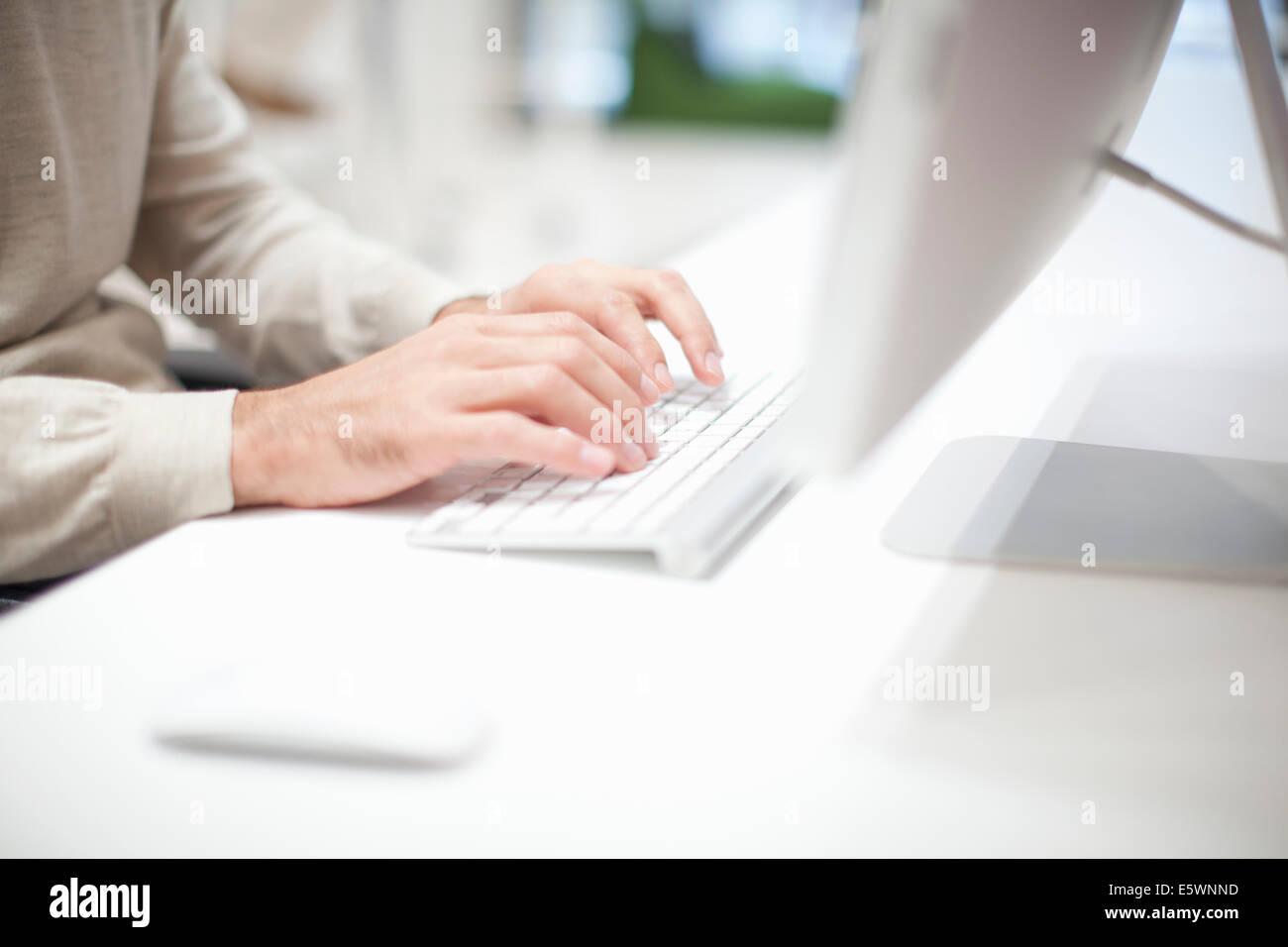 L'homme à l'aide du clavier de l'ordinateur, Close up Photo Stock