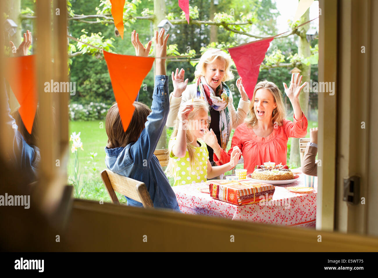 Le chant et la famille cheering at Birthday party Photo Stock