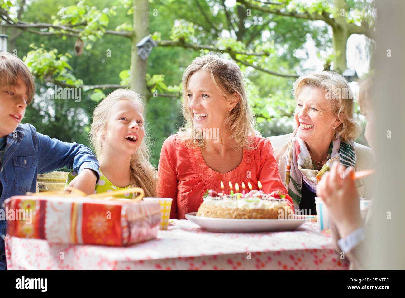 Girl making anniversaire tiens avec sa famille at Birthday party Banque D'Images