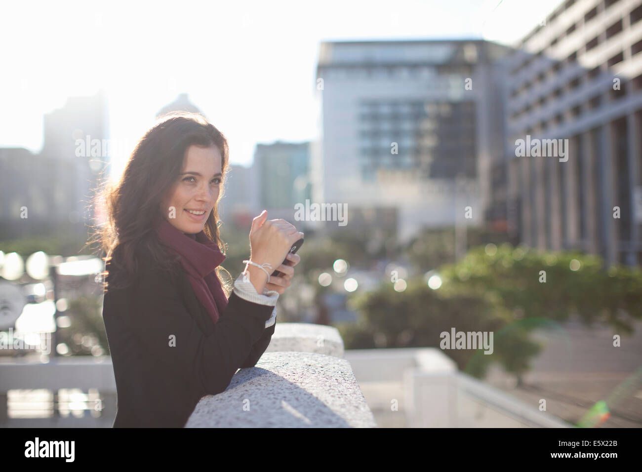 Young Woman photographing with smartphone sur le toit de la ville Photo Stock