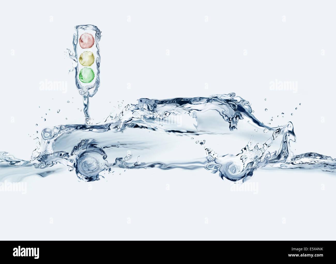 Une voiture fait d'eau et feu de circulation dans la ville. Photo Stock