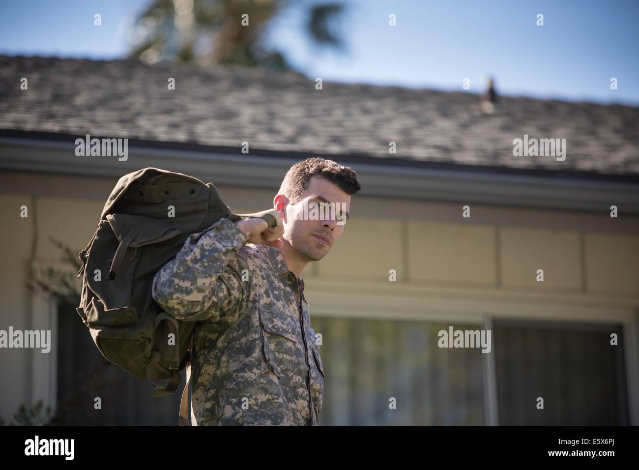 Portrait d'intense à la femme soldat en retour sur le jardin Photo Stock