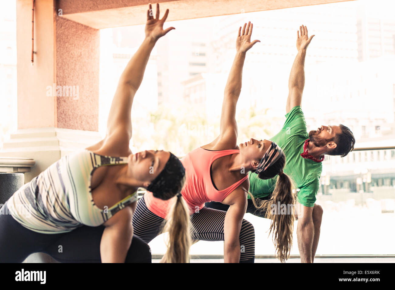 Groupe de jeunes adultes faisant du yoga Photo Stock