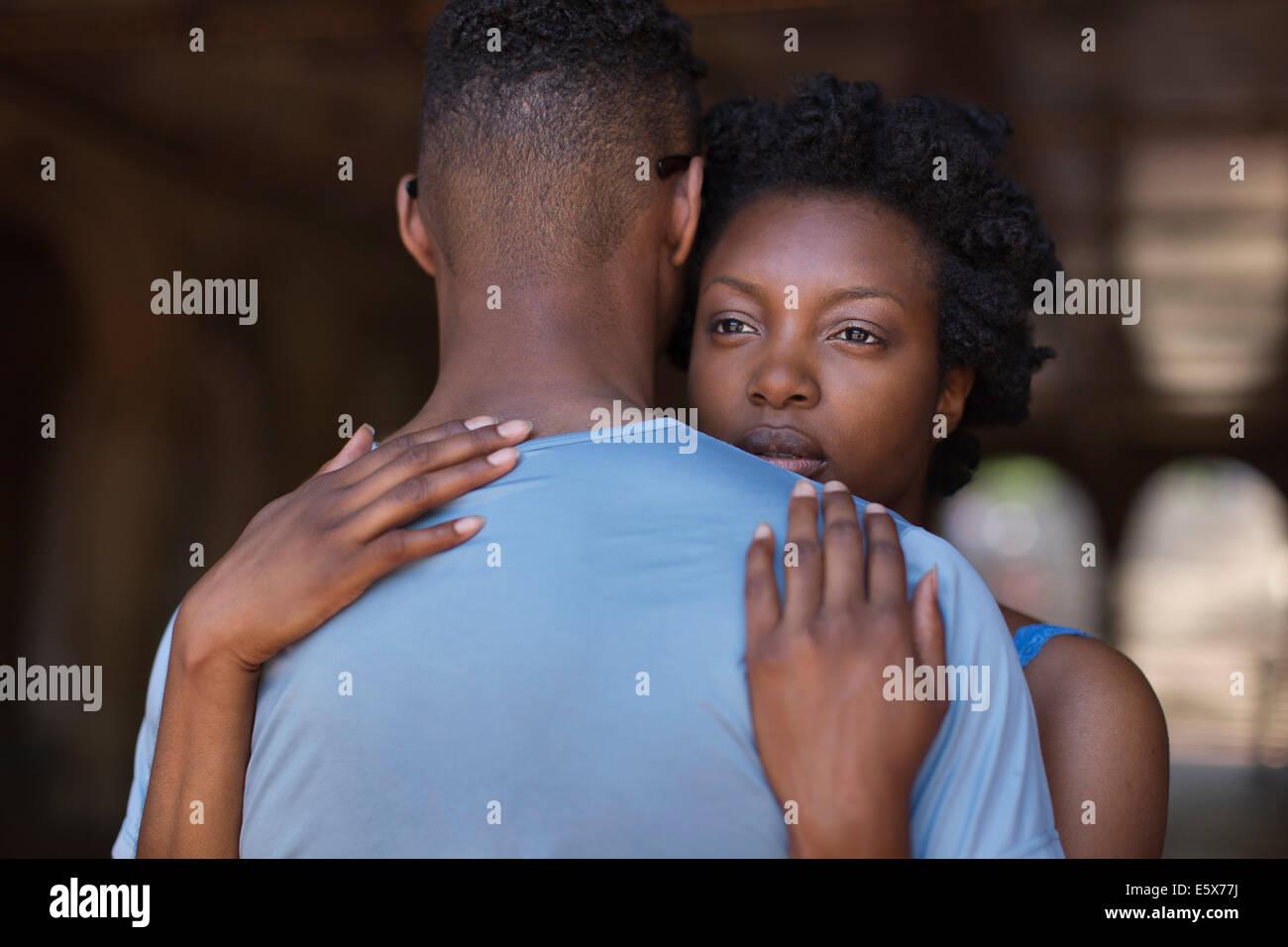 Jeune couple hugging in Bethesda Terrace arcade, Central Park, New York City, USA Photo Stock
