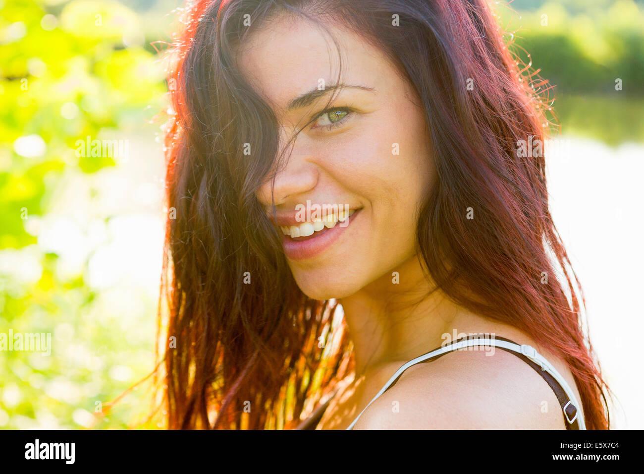 Portrait de jeune femme avec cheveux cacher face Banque D'Images