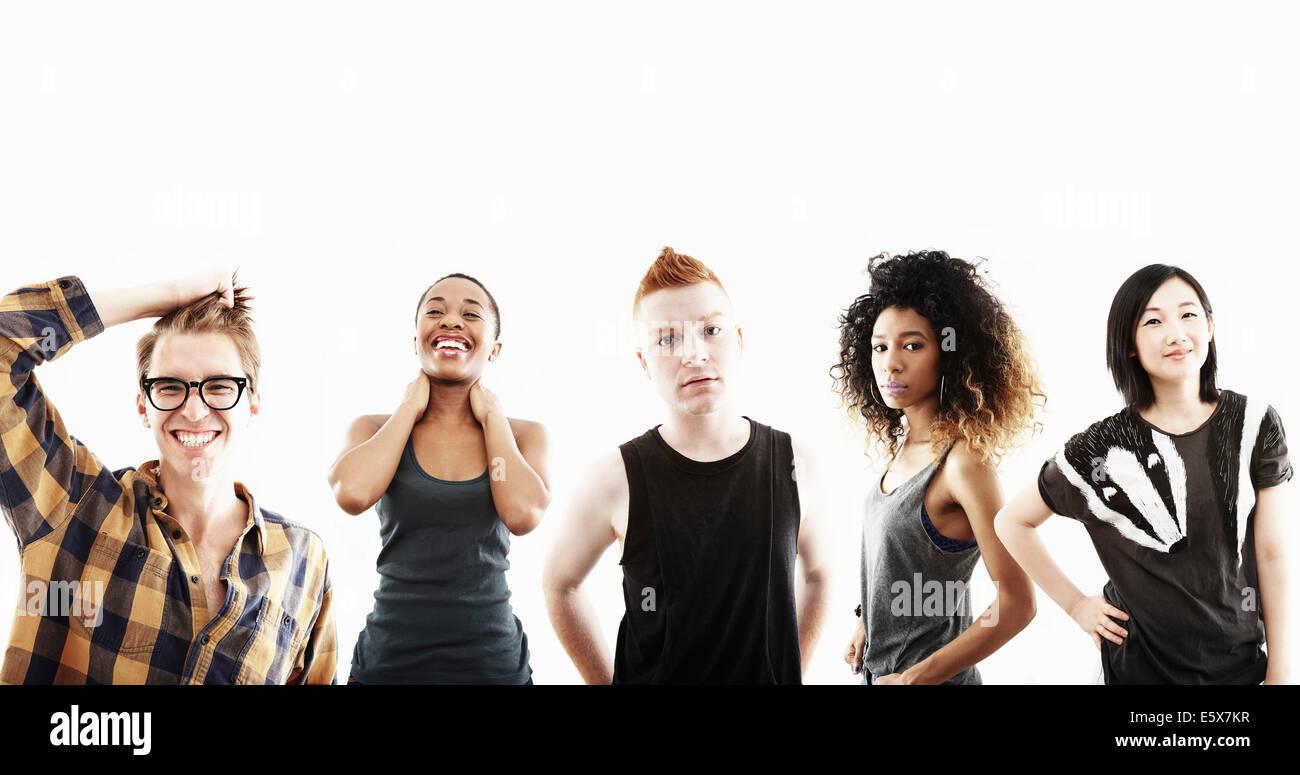 Portrait de studio de cinq jeunes adultes dans une rangée Photo Stock