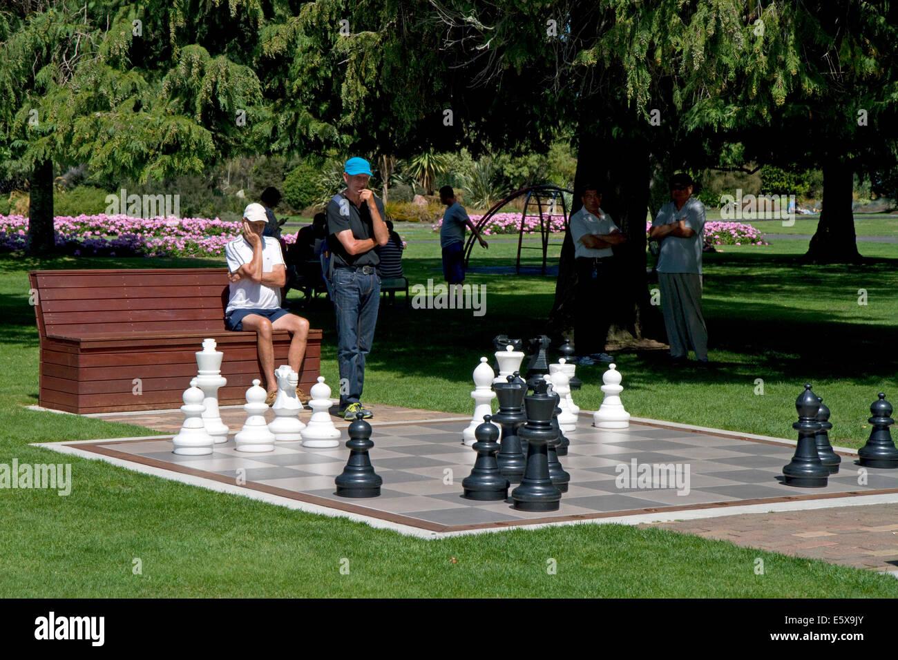 Jeu d'échecs en plein air dans un parc à Taupo dans la région de Waikato, Nouvelle-Zélande, île du Nord. Banque D'Images