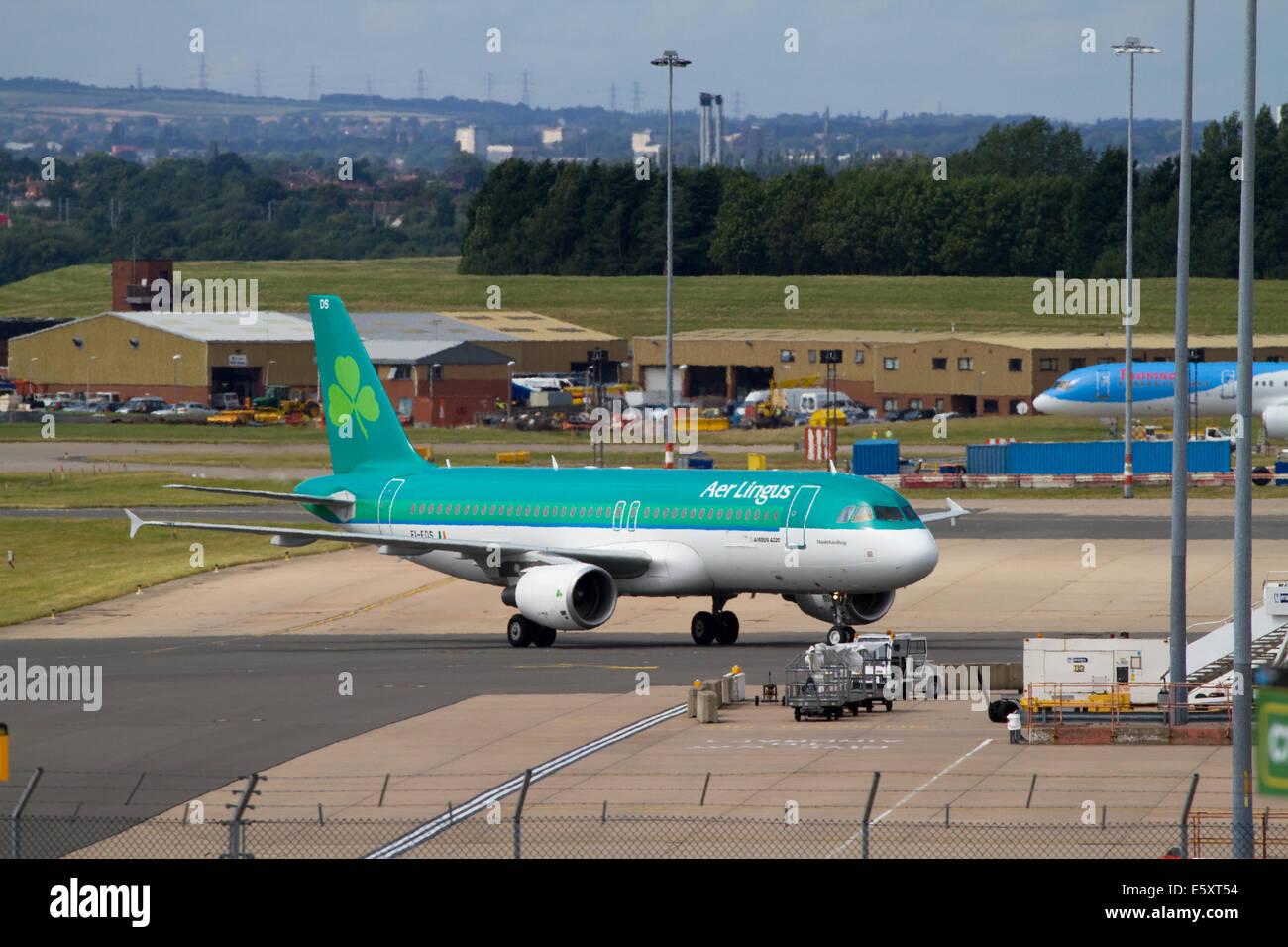 Avion Aer Lingus le roulage. L'aéroport de Birmingham Photo Stock