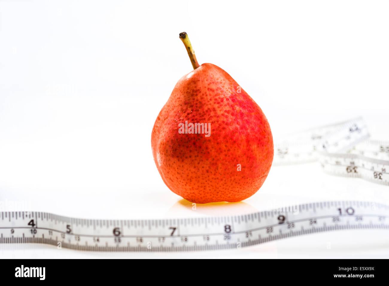 Poire rouge avec ruban de mesure.L'obésité, perte de poids, un régime amaigrissant. Photo Stock