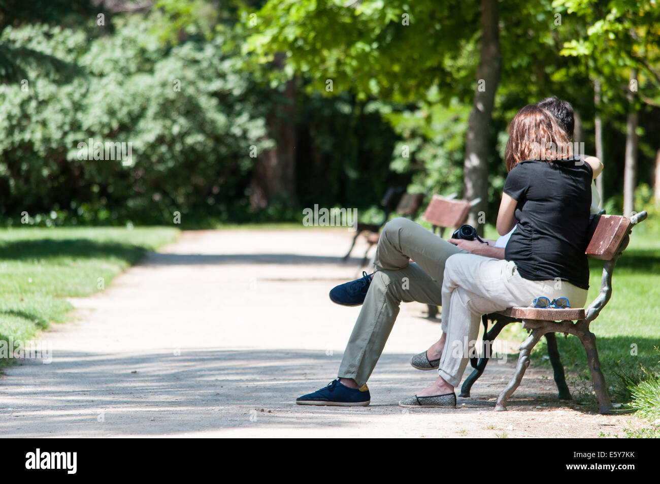 Couple assis sur un banc au soleil Banque D\'Images, Photo Stock ...