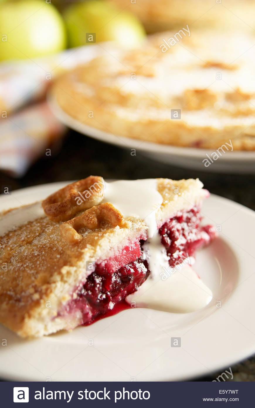 Blackberry fait maison et tarte aux pommes. Faite avec des pommes et des mûres sauvages de l'Angleterre. Photo Stock