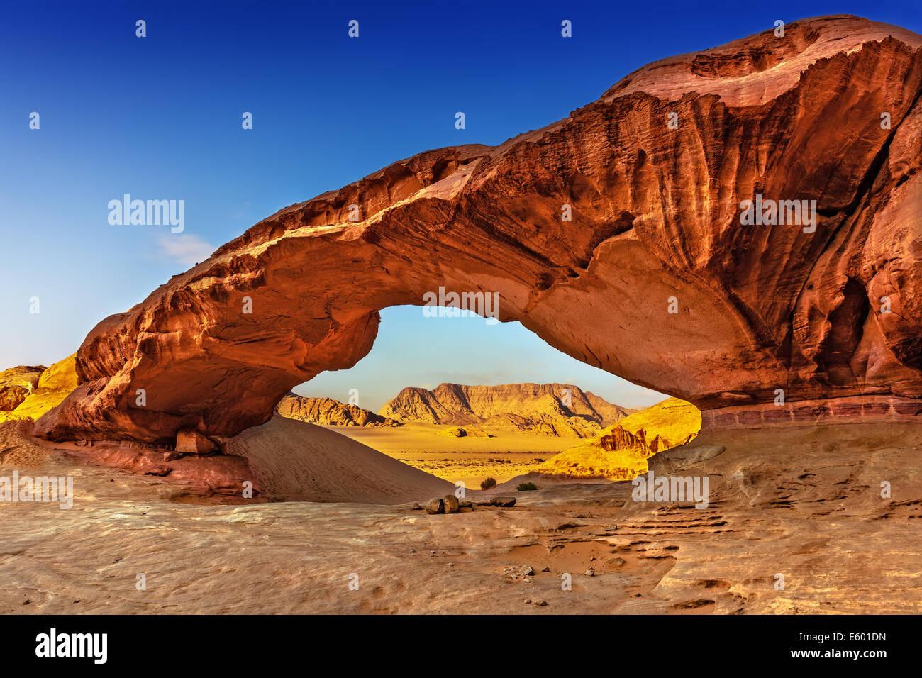 Voir à travers un rock arch dans le désert du Wadi Rum, Jordanie, Moyen-Orient Photo Stock
