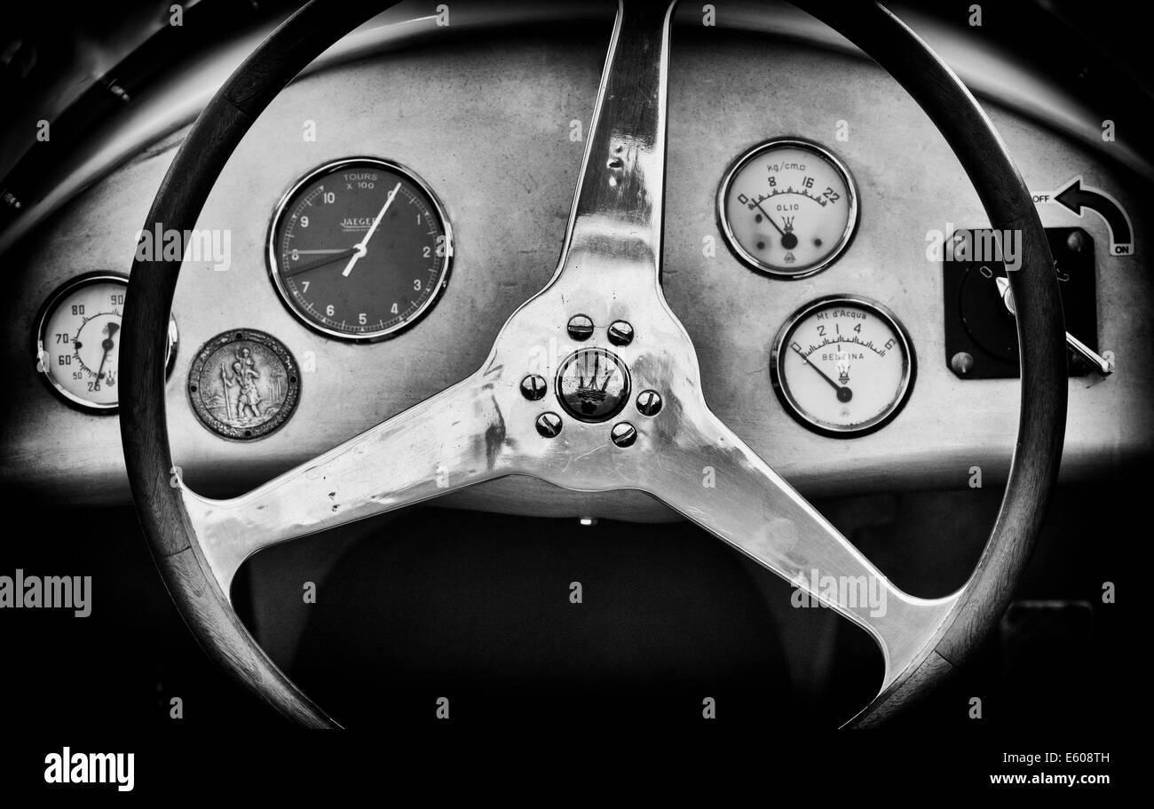 1956 Maserati 250F Grand Prix racing voiture volant et tableau de bord. Le noir et blanc Photo Stock