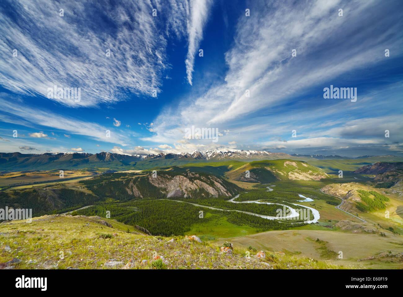 Paysage de montagne avec fleuve et sommets enneigés Photo Stock