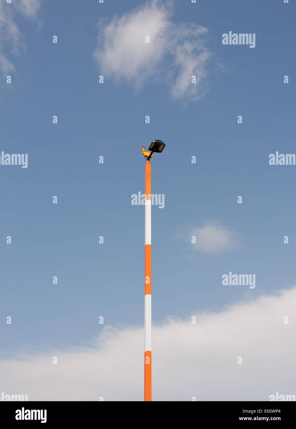 Lumière blanche et orange et pôle ciel. Photo Stock