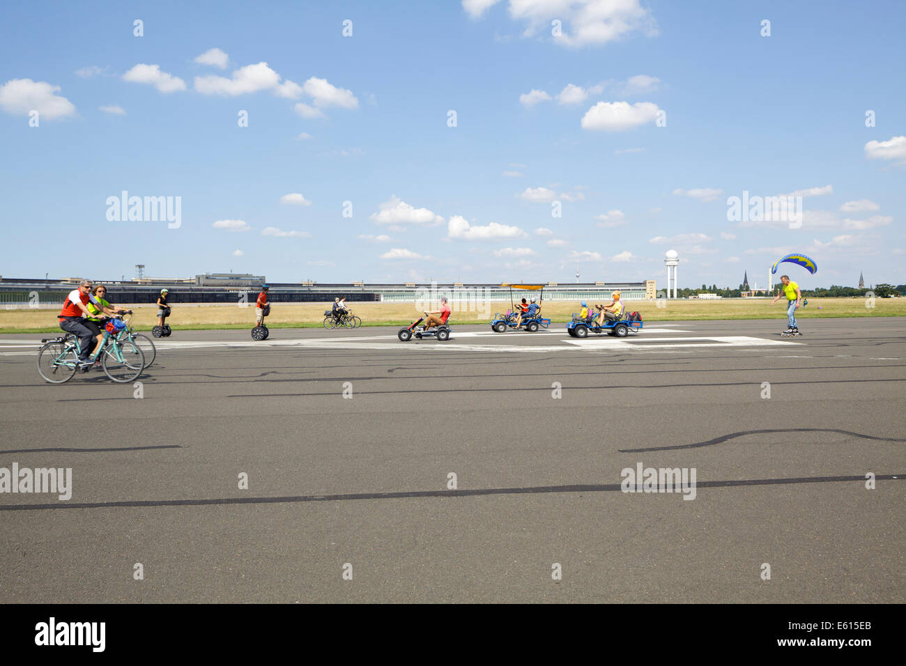 Les gens qui font de divers sports au parc de Tempelhof, l'ancien aéroport de Tempelhof, Berlin, Allemagne Banque D'Images