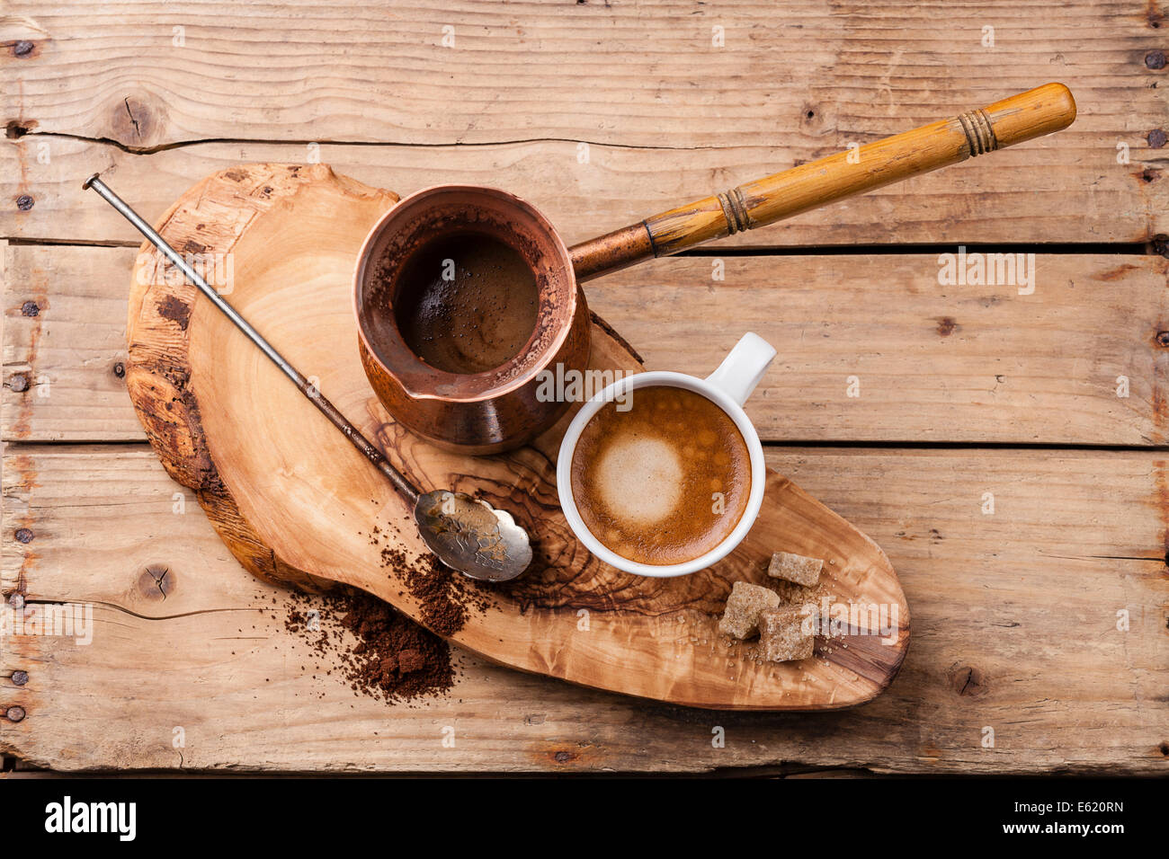 Le café dans la cafetière sur fond de bois Photo Stock