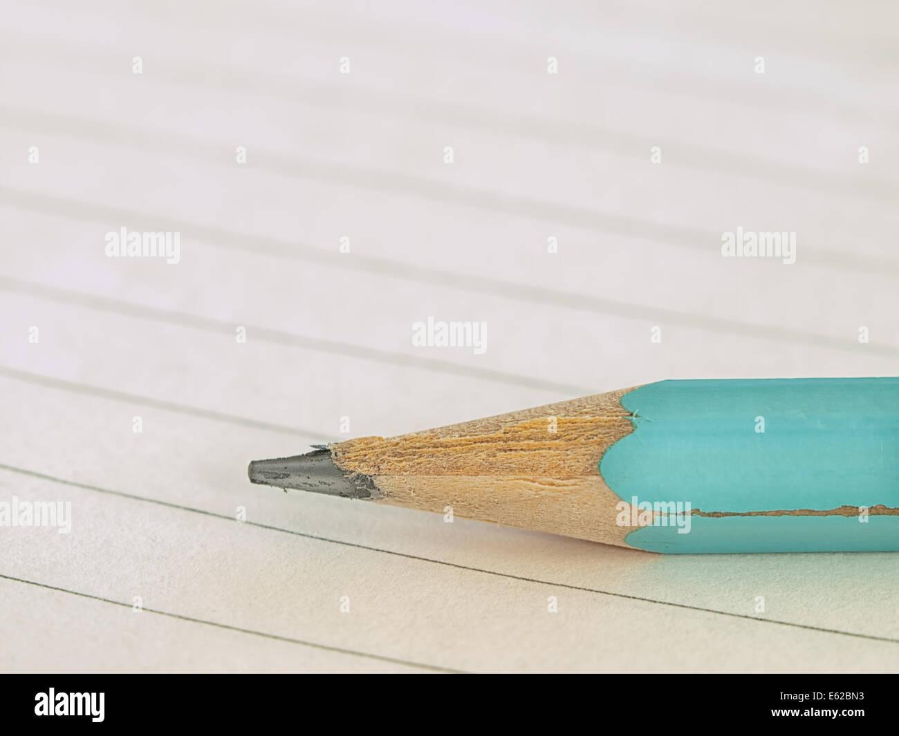 Crayon sur le classeur gros plan pour l éducation scolaire