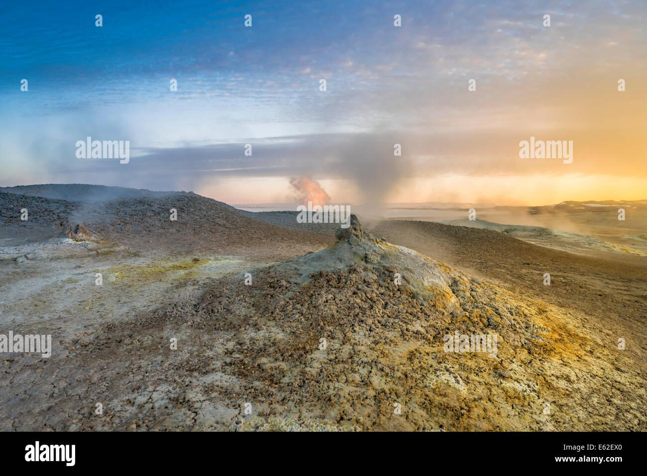 Sources d'eau chaude géothermique, boue et fumerolles, Namaskard près du lac Myvatn, Nord de l'Islande, Photo Stock