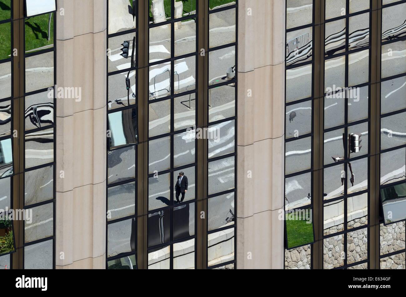 Réflexions de Scène de rue et passage pour piétons en miroir de l'immeuble de bureaux ou un immeuble de bureaux Banque D'Images