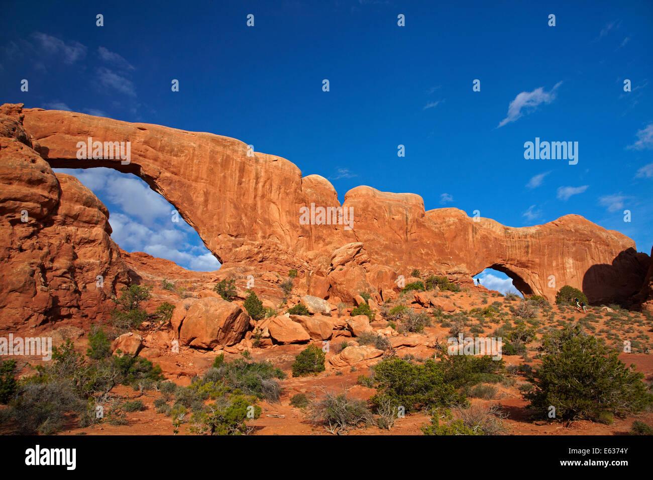 Fenêtre du sud (à gauche) et (à droite de la fenêtre du Nord), dans la section Windows, Arches National Park, près de Moab, Utah, USA Banque D'Images