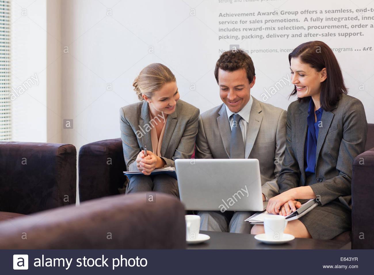 Les gens d'affaires de parler face à face dans le hall Photo Stock