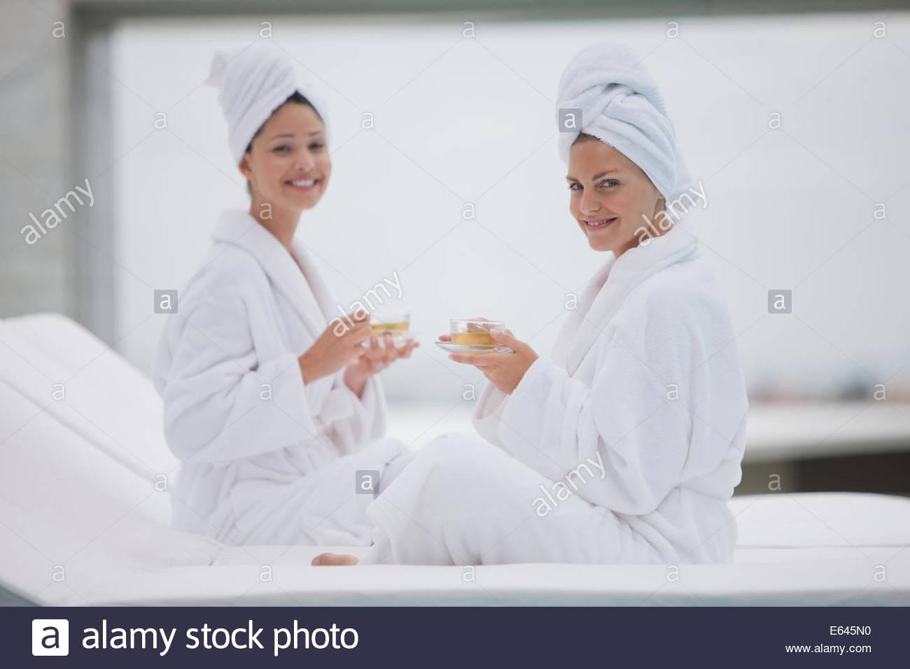 Les femmes dans la piscine du thé de peignoirs pour le spa Photo Stock