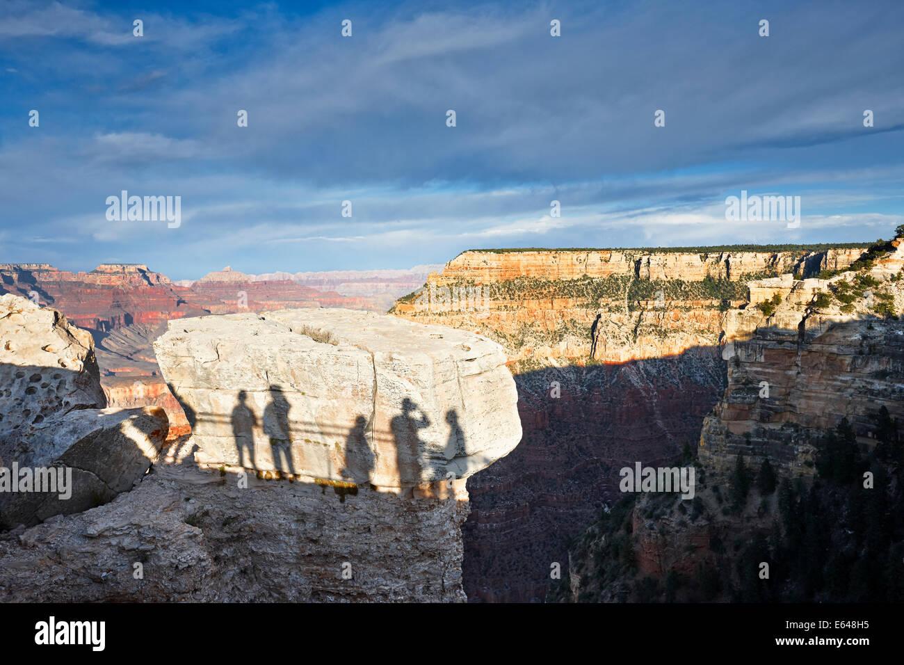 Ombre de personnes regardant le coucher du soleil au Grand Canyon South Rim. Arizona, USA. Photo Stock