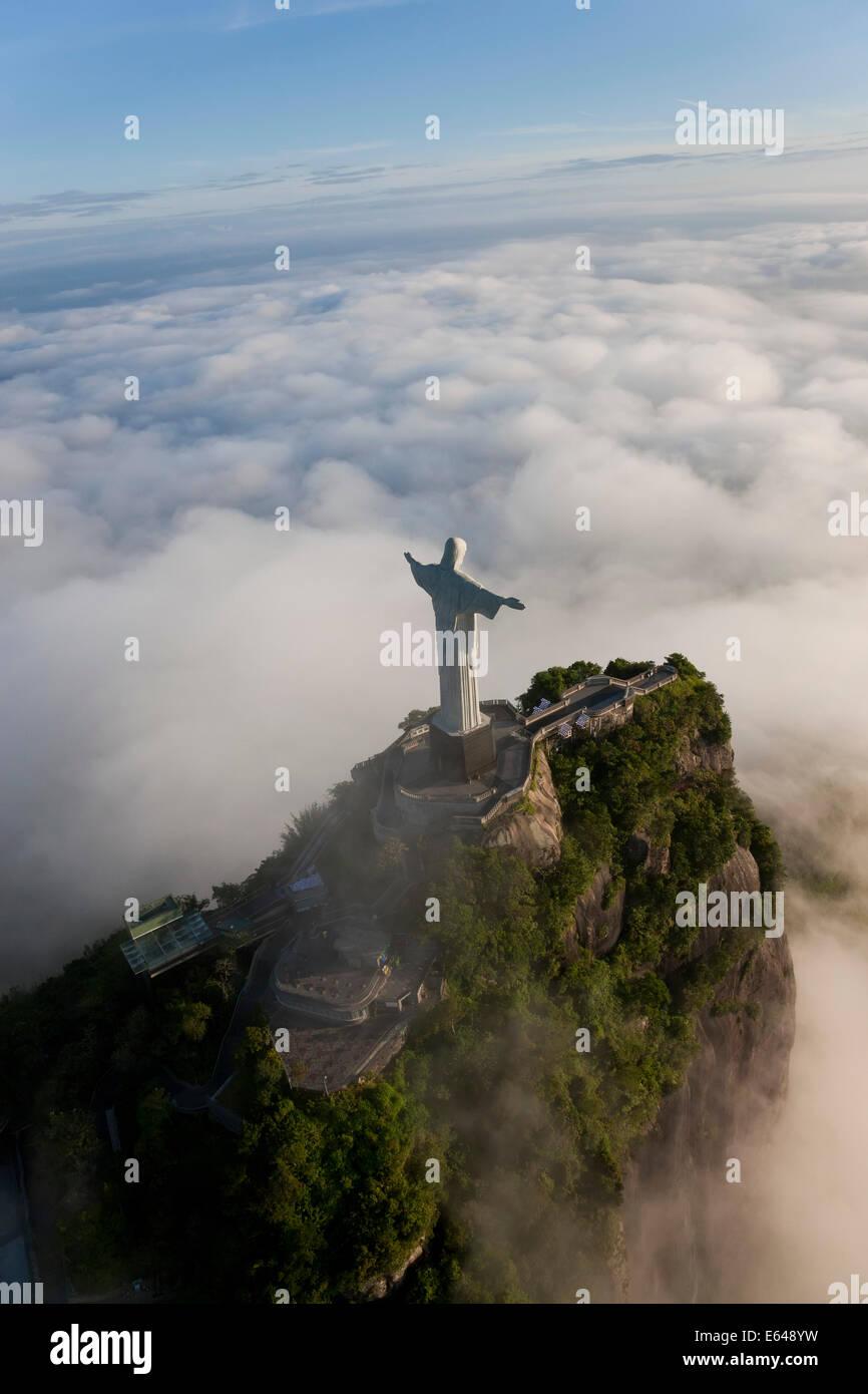 La gigantesque statue Art Déco connu comme Jésus le Christ Rédempteur (Cristo Redentor) sur la montagne Photo Stock