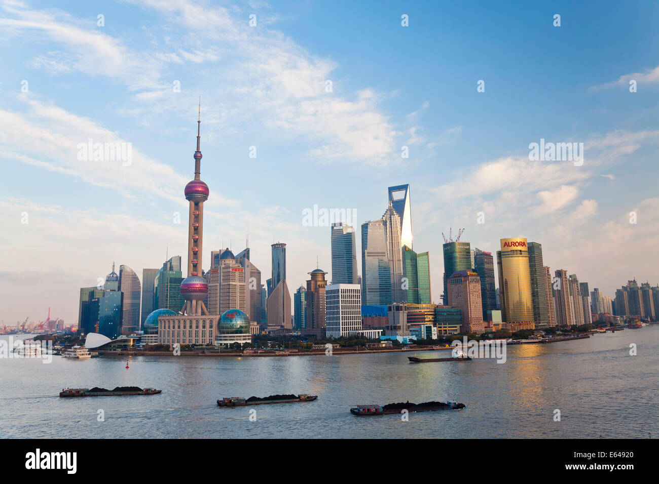 Les barges et les toits de Pudong, Shanghai, Chine Photo Stock