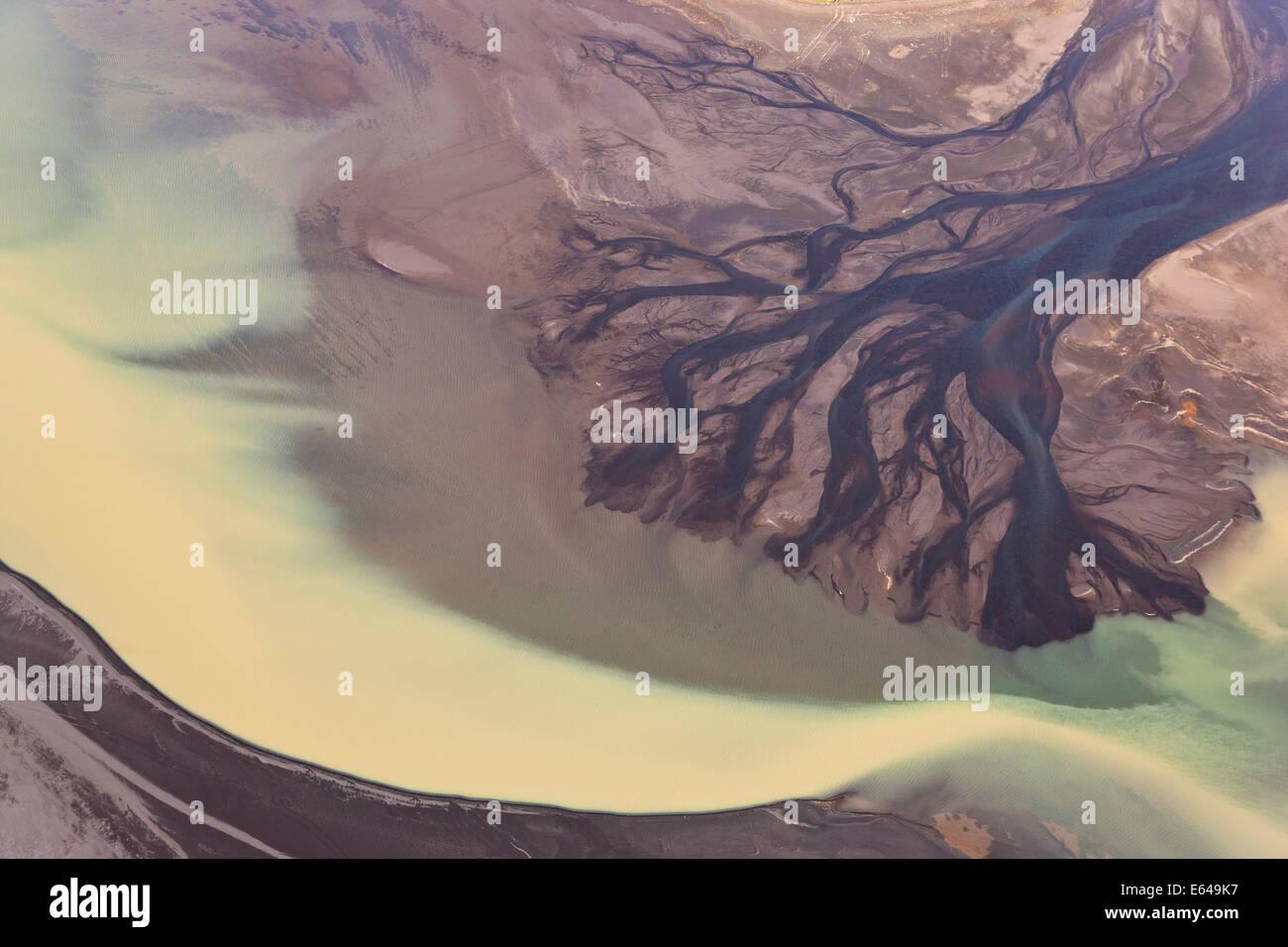Vue aérienne de l'eau de l'estuaire du fleuve coloré par la fonte des glaciers, l'Islande Banque D'Images