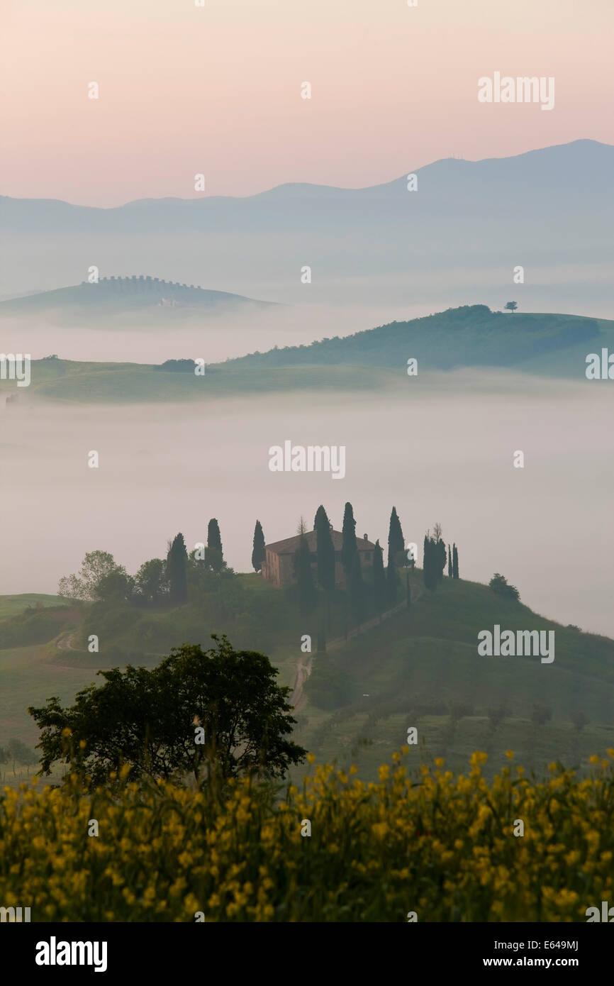 Ferme située dans la vallée, Val d'Orcia, Toscane, Italie Photo Stock