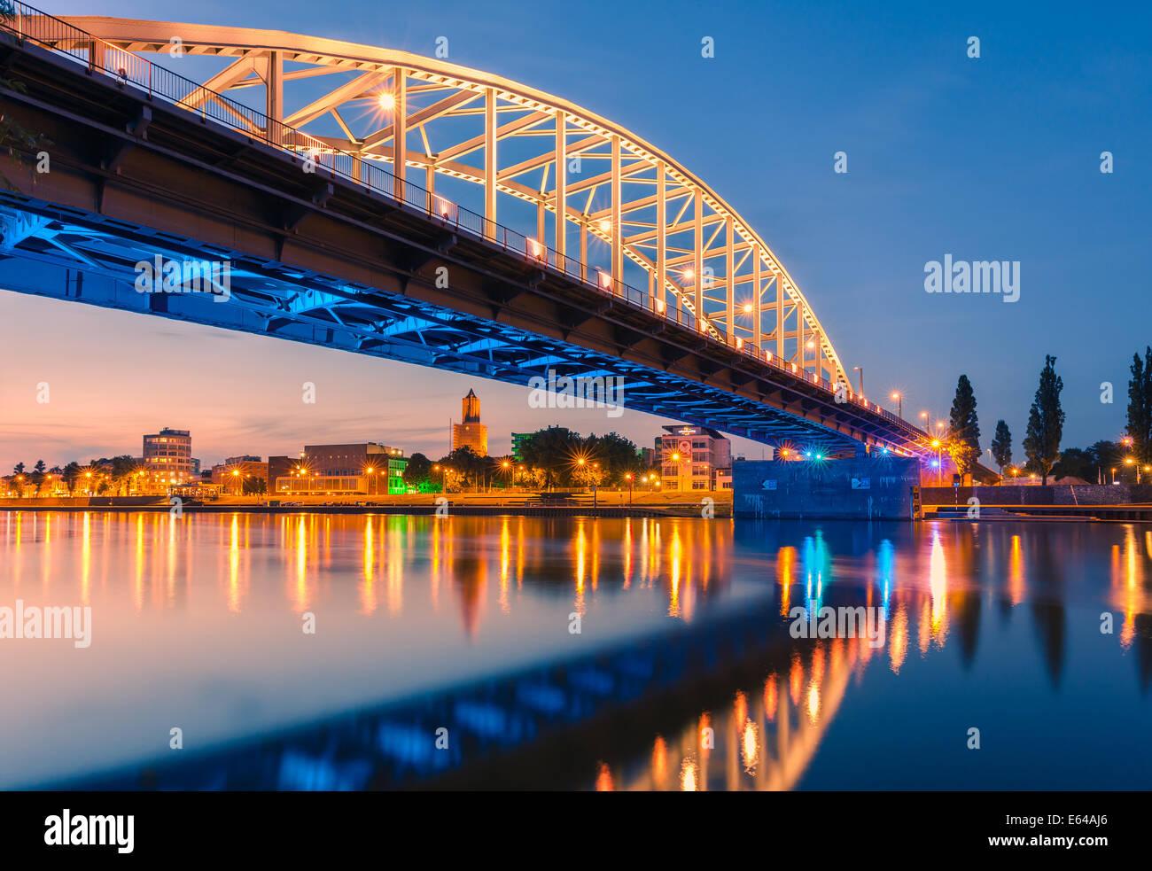 Pont John Frost (John Frostbrug en néerlandais) est le pont routier sur le Rhin inférieur à Arnhem, aux Pays-Bas. Banque D'Images